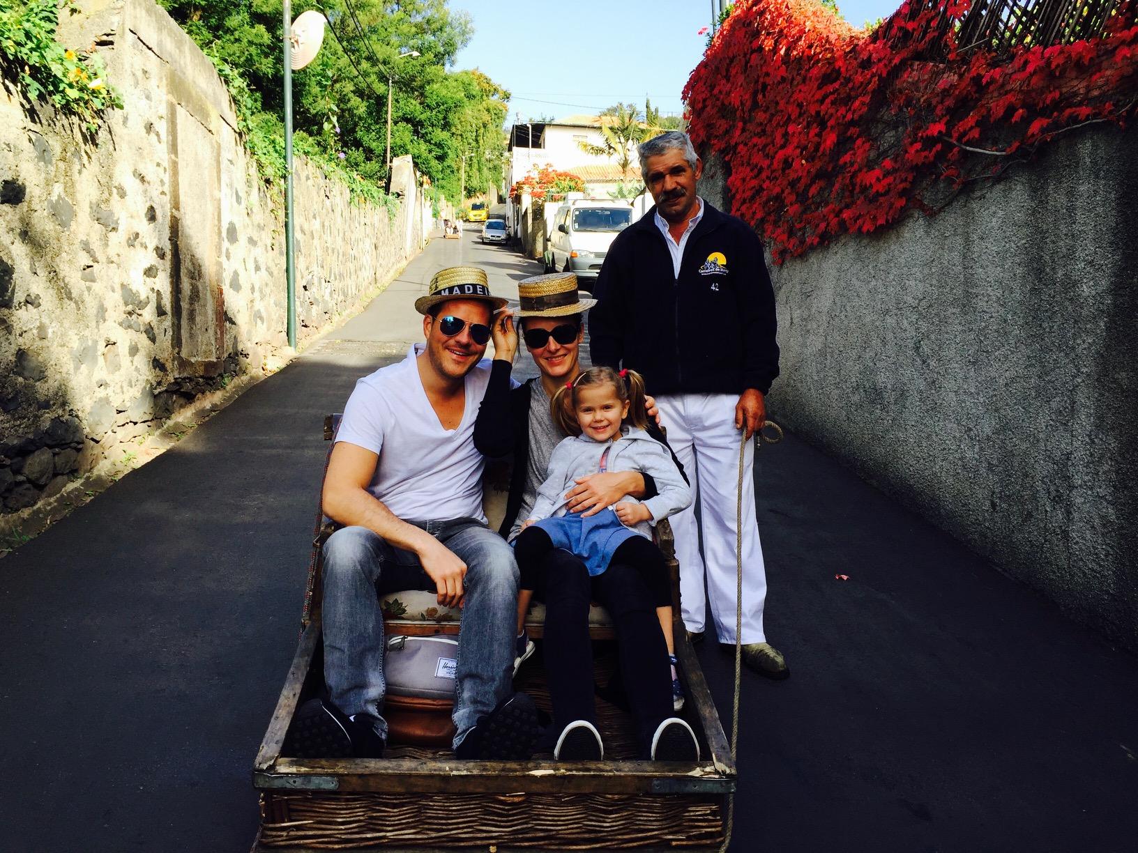 Familie im Korbschlitten in Funchal auf Madeira
