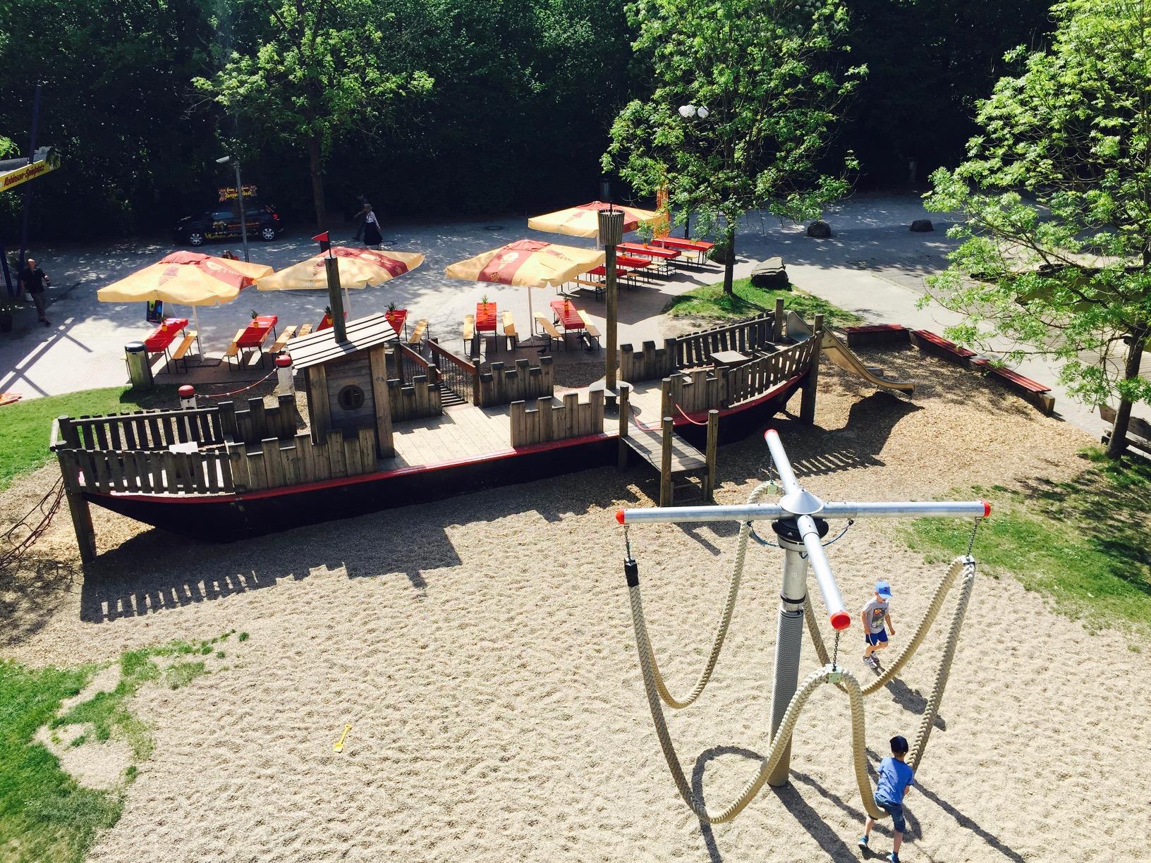 Blick auf das Piratenholzschiff im Westfalenpark Dortmund