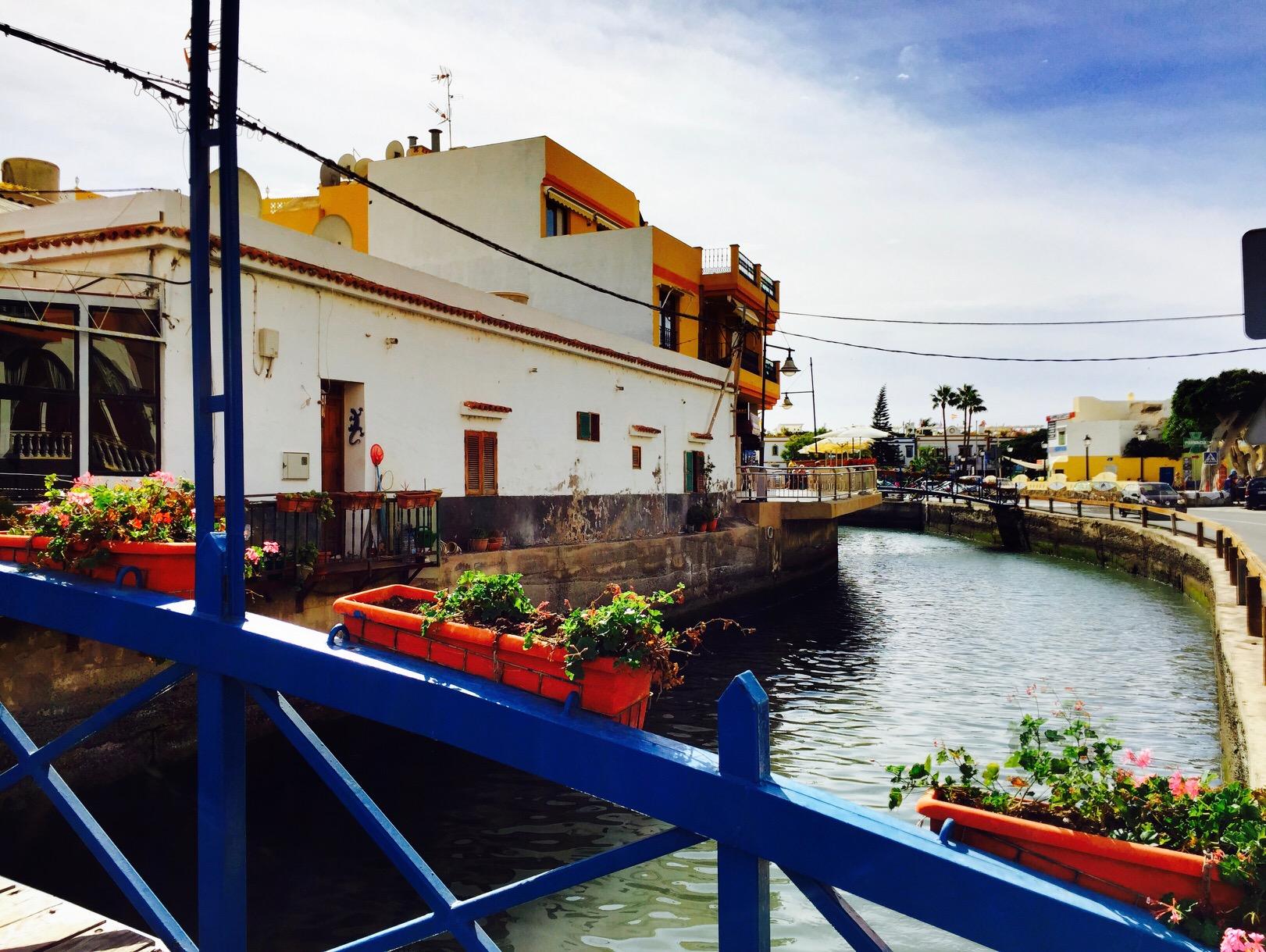 Sicht von einer kleinen Brücke in Puerto de Mogan, Gran Canaria