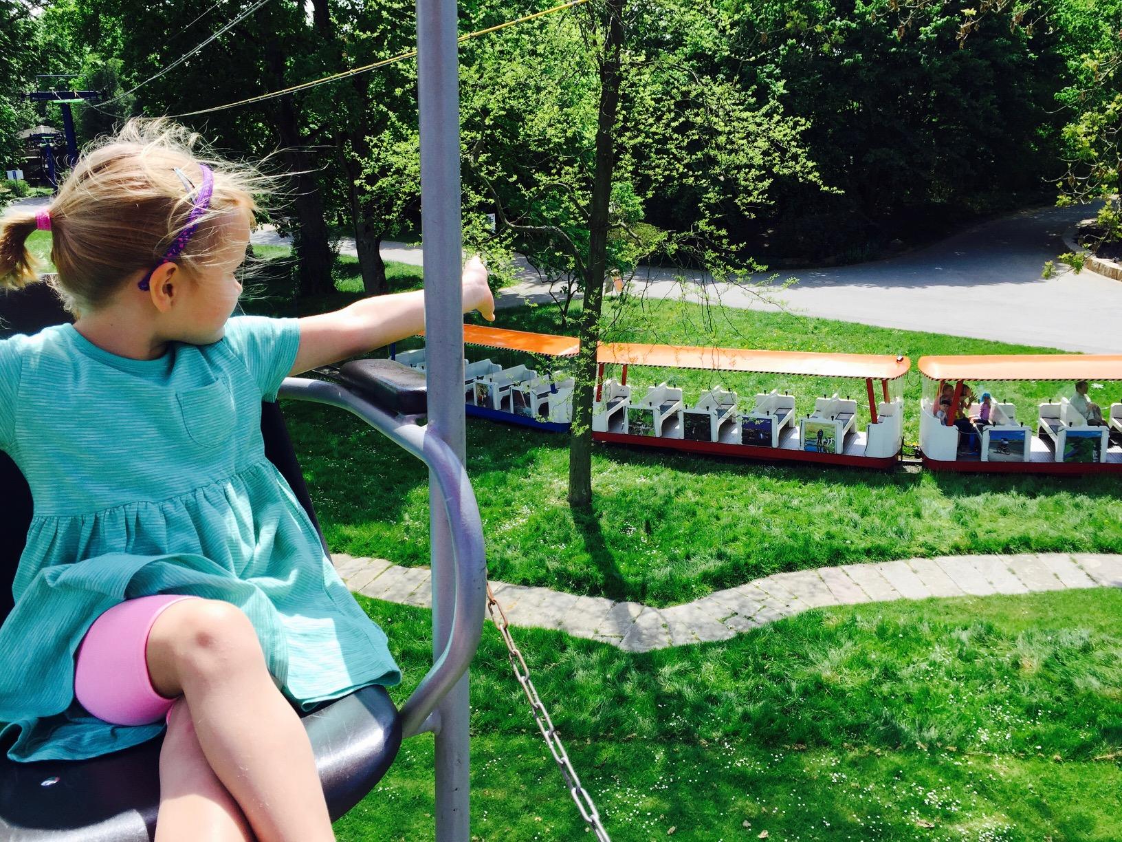 Ausflugstipps NRW, Kind in Seilbahn mit Blick auf die Kleinbahn im Westfalenpark Dortmund