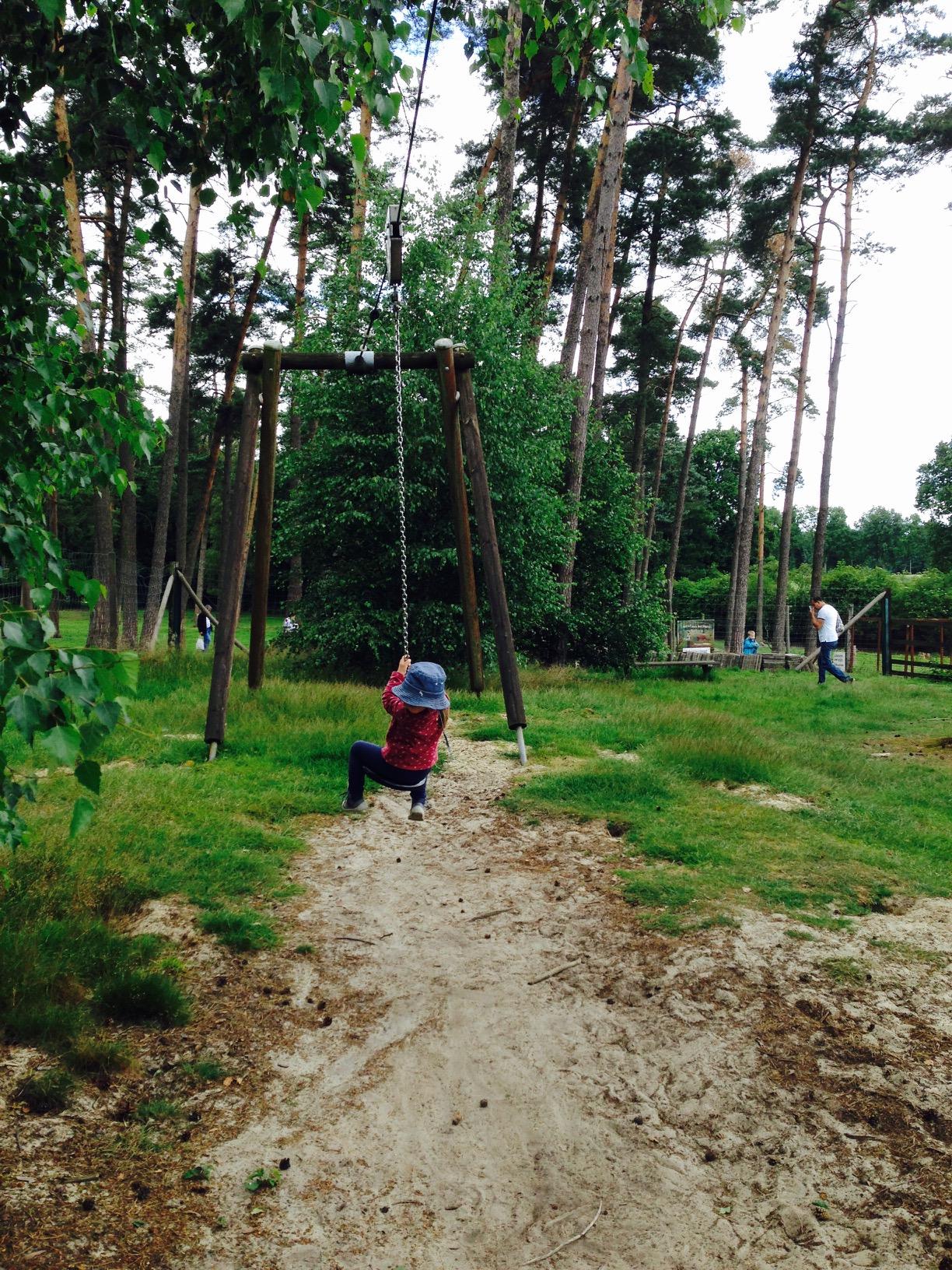 Ausflugstipps NRW, Kind fährt mit Spielplatzseilbahn im Wildpark Granat in Haltern