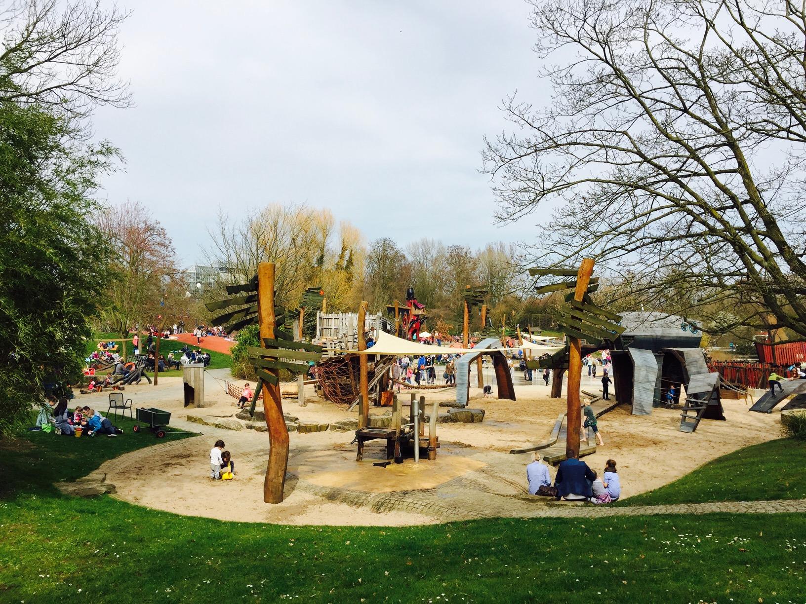 Blick von weitem auf den großen Spielplatzbereich, Maxipark in Hamm