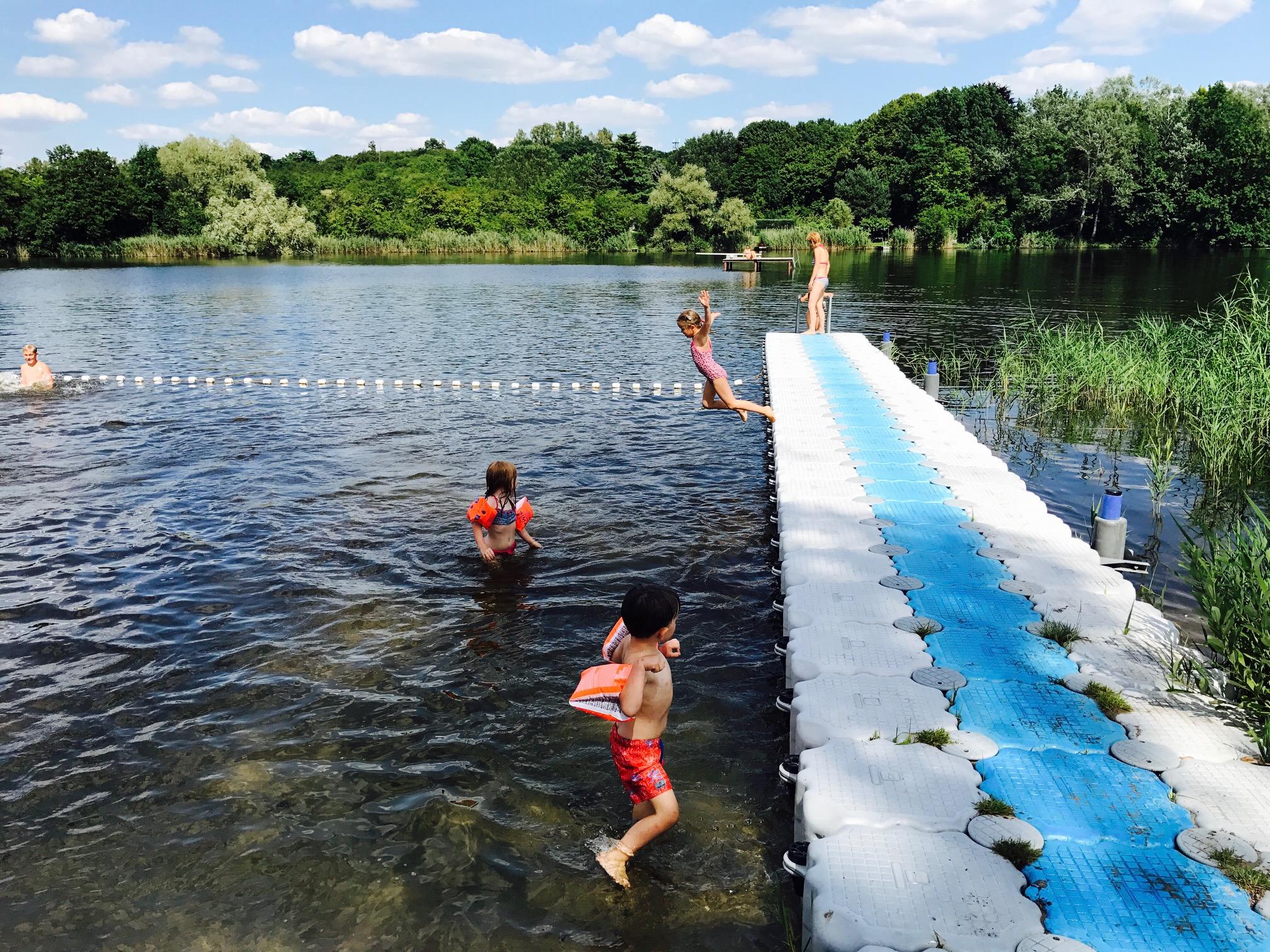 Kinder planschen im Strandbad Sperenberg, Krummer See, Brandenburg