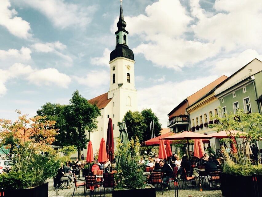 Blick auf die Kirche in der Altstadt von Lübbenau, Brandenburg