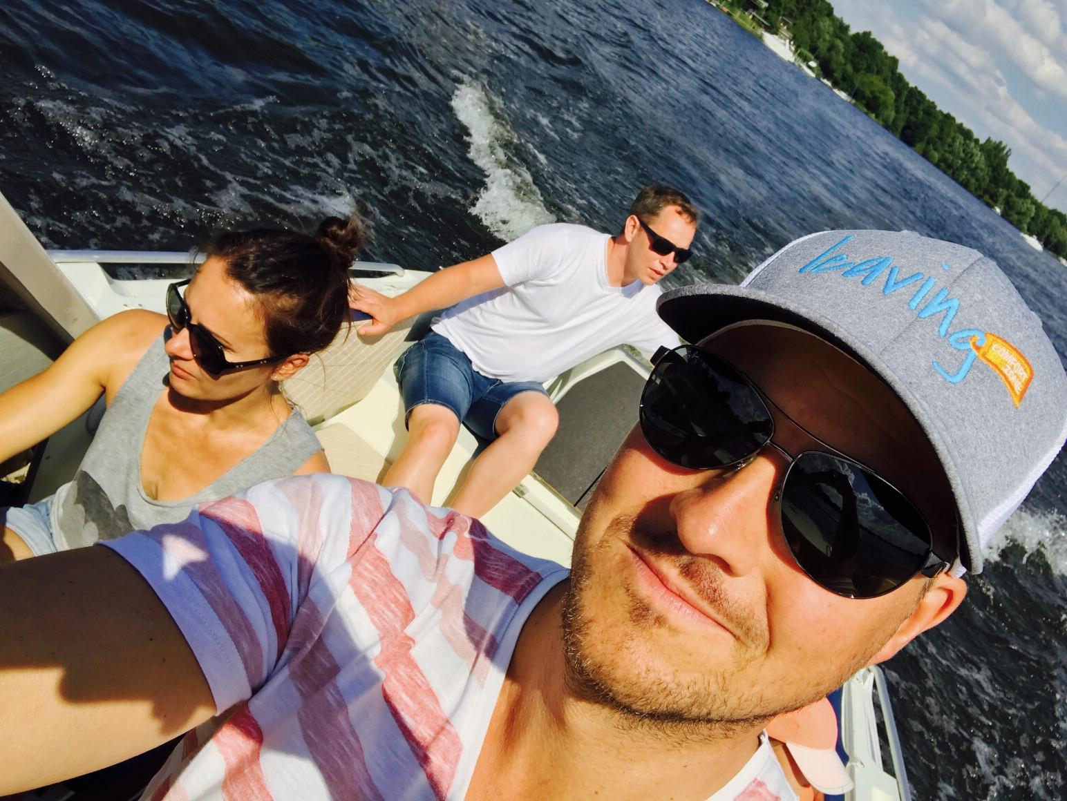 Familie bei einer Motorbootfahrt auf dem Flaken- Dämeritzsee