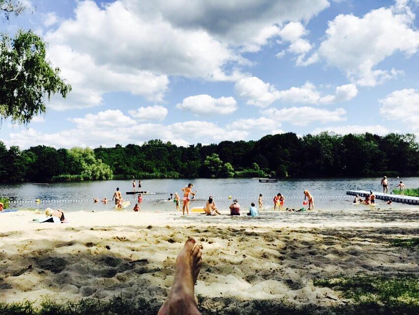 Blick auf den Strand im Strandbad Sperenberg am Krummer See in Brandenburg