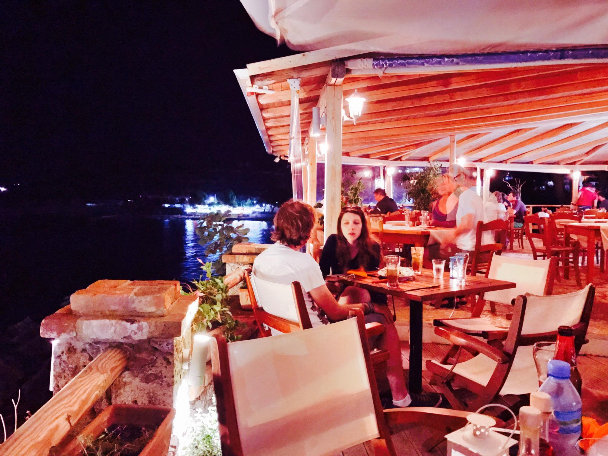 Blick in das 3 Guvat Restaurant, Ksamil Beach, Albanien