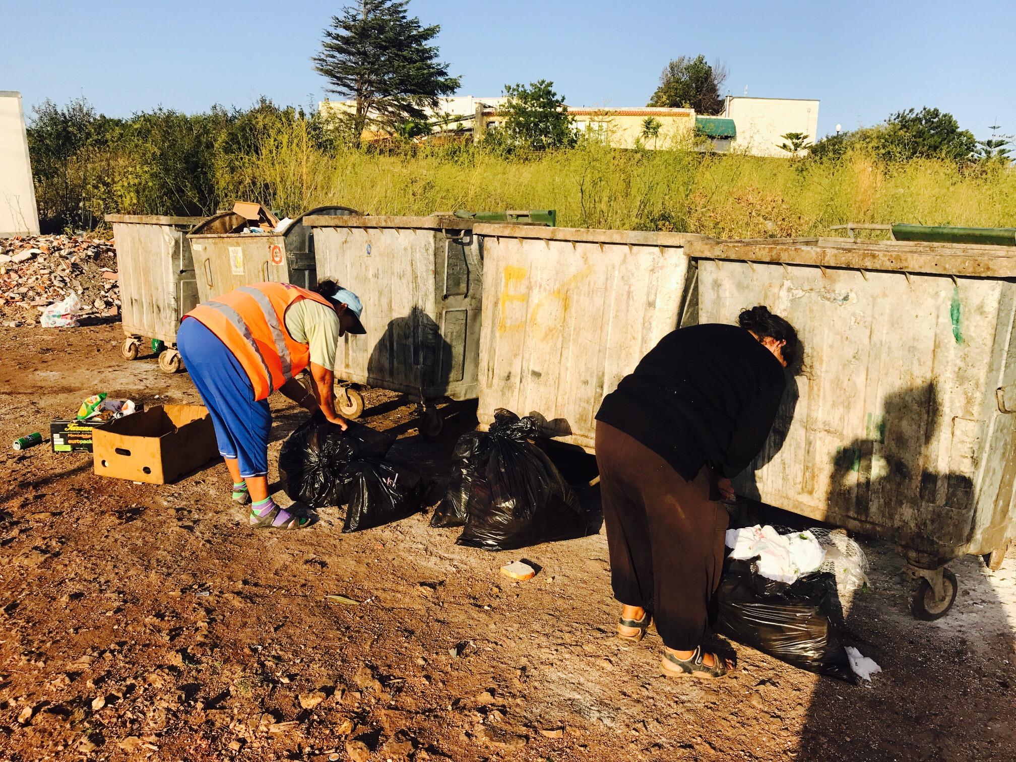 Frauen, die Müll sortieren in Ksamil, Albanien