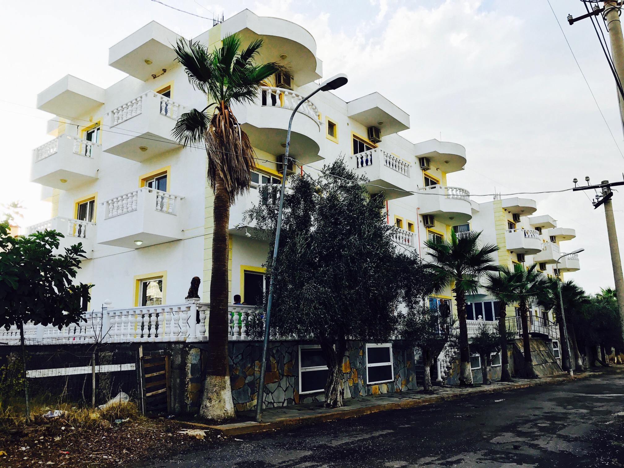 Blick auf ein nettes Apartmenthaus in Ksamil
