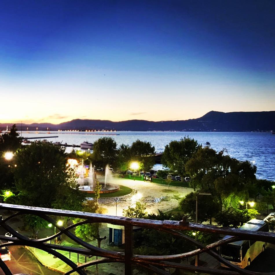 Aussicht von einem Hotelzimmer auf den Hafen auf Korfu, Griechenland