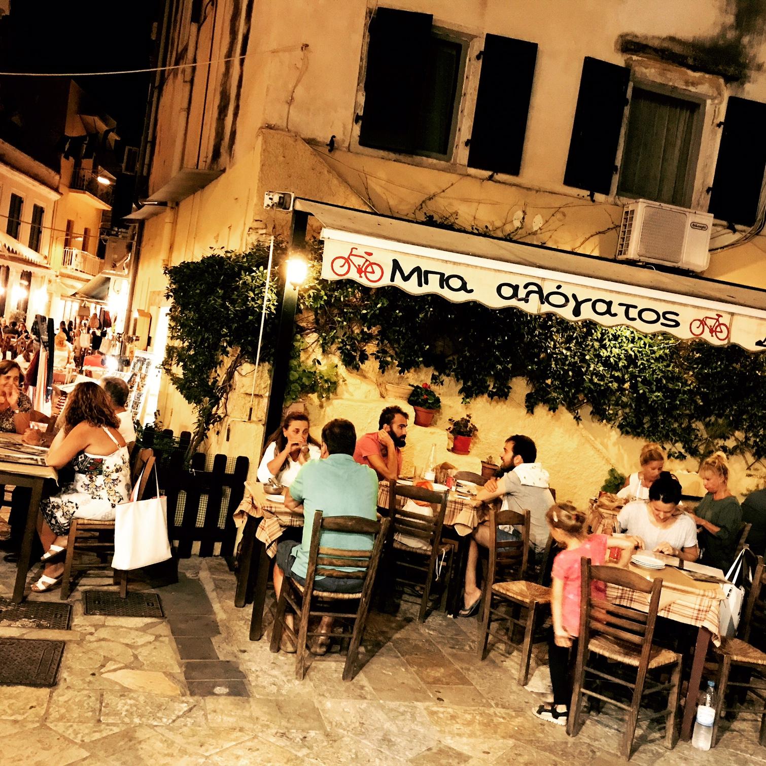 Blick auf die Bakalogatos Bar, Korfu Altstadt, Griechenland