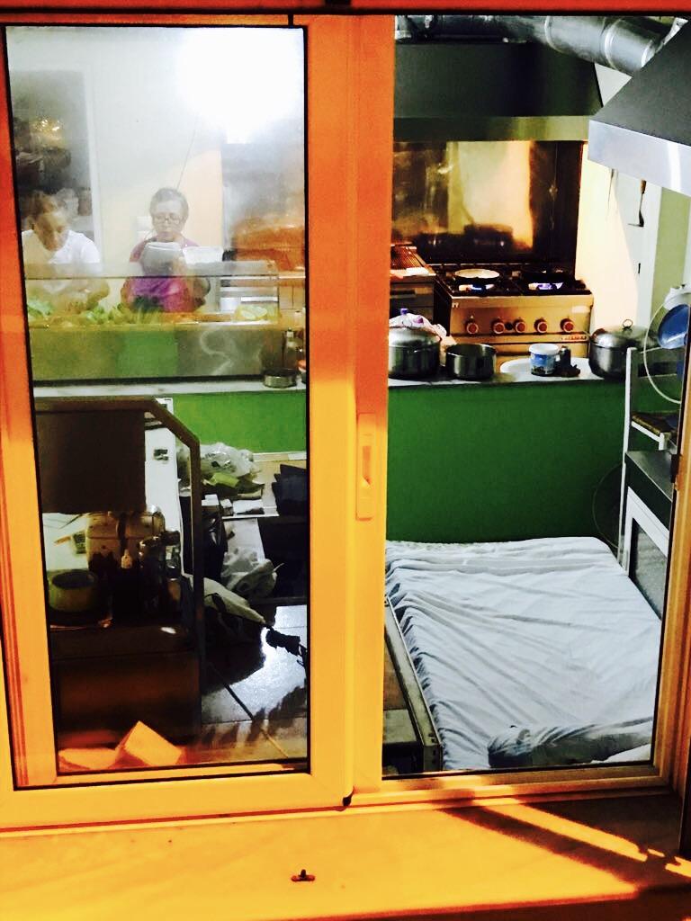 Blick auf das Bett in der Riesenküche von Brothers Fish and Meat Tavern