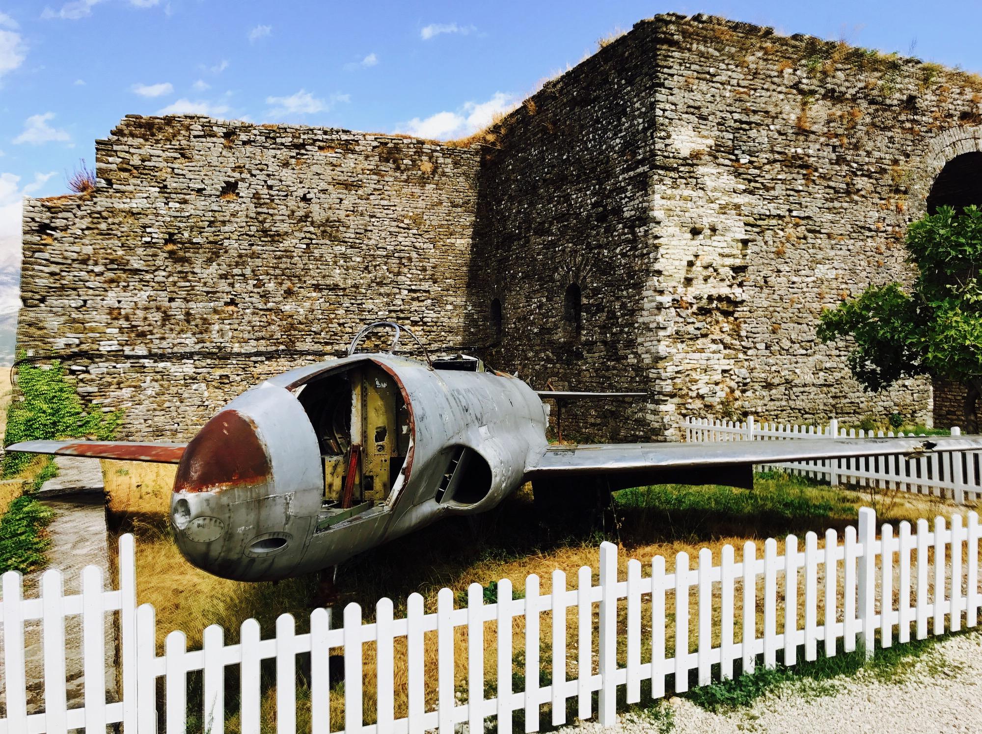 Altes Militärflugzeug auf dem Geländer der Gjirokastra Burg