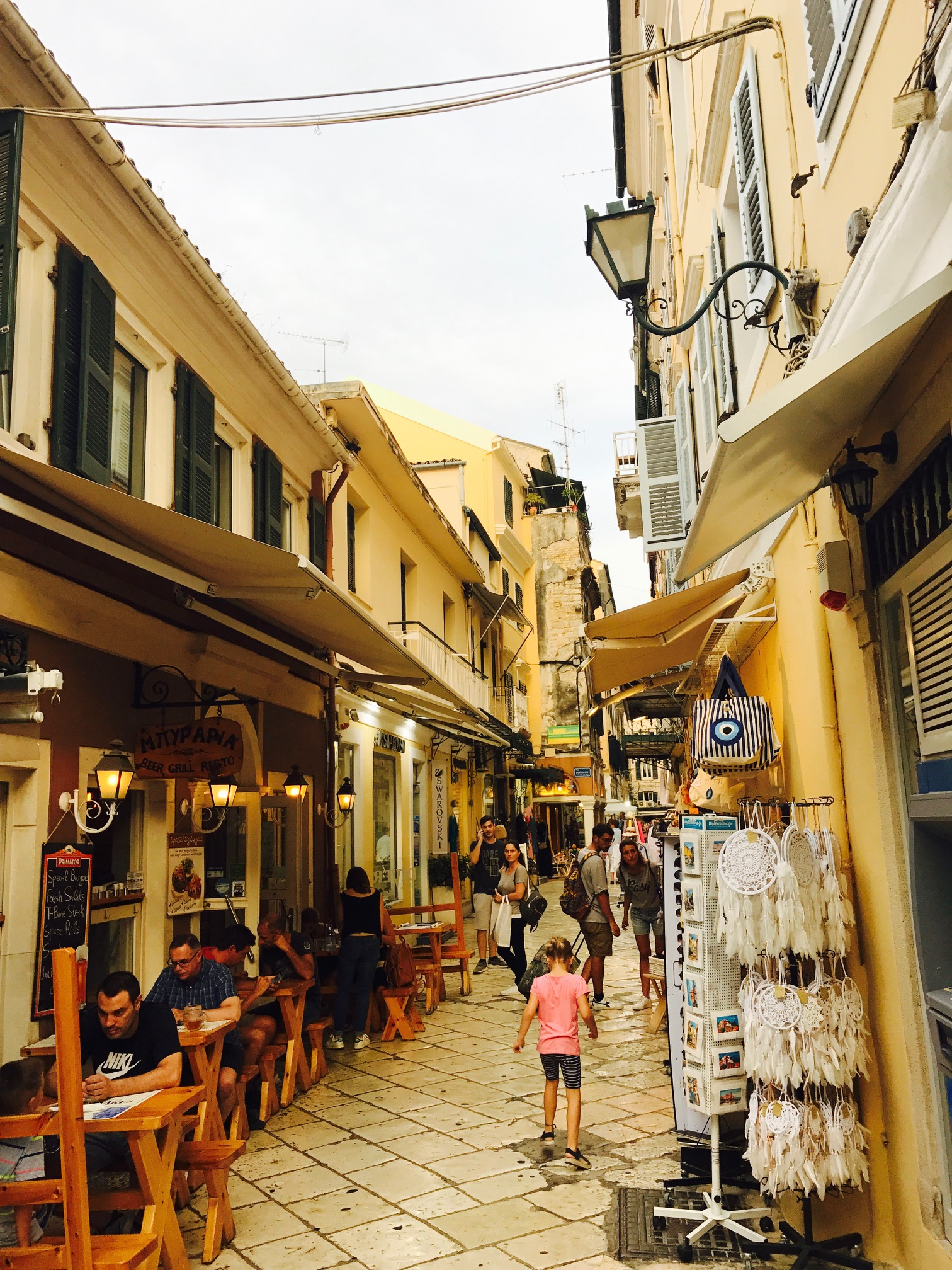 Blick in eine Altstadtgasse auf Korfu, Griechenland
