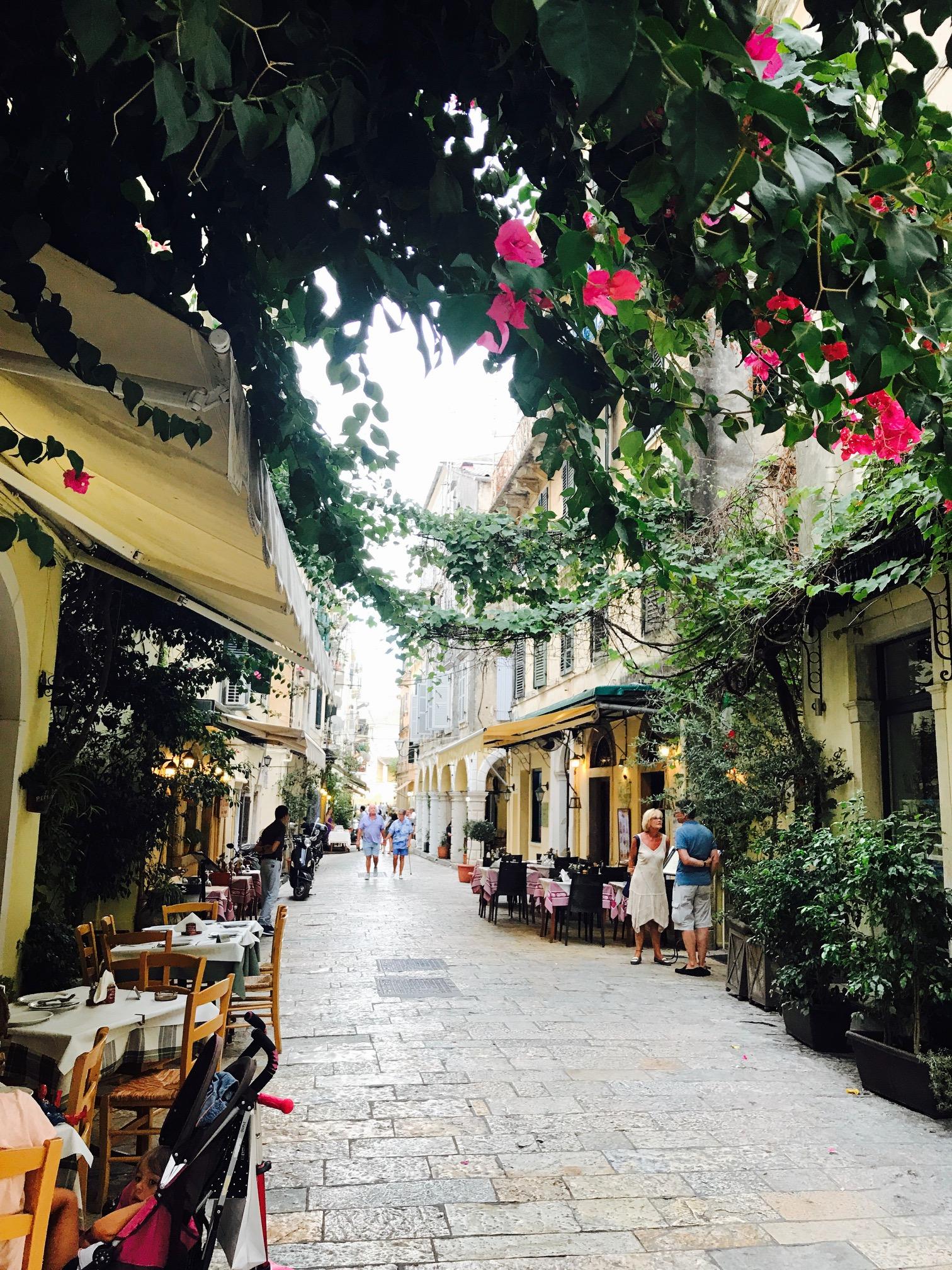 Blick in eine Altstadtgasse auf Korfu, Griechenalnd