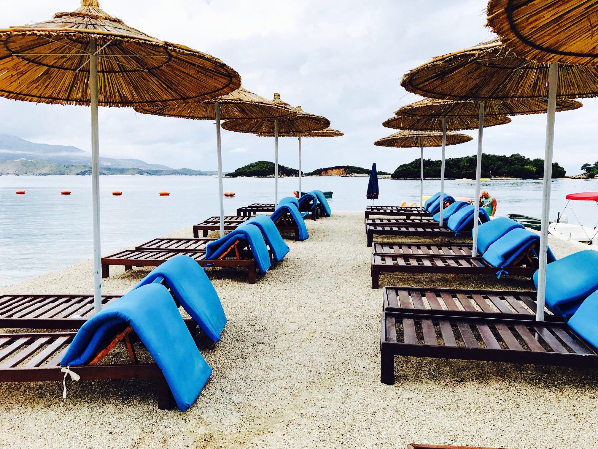 Blick auf leere Liegen am Strand von Ksamil in Albanien