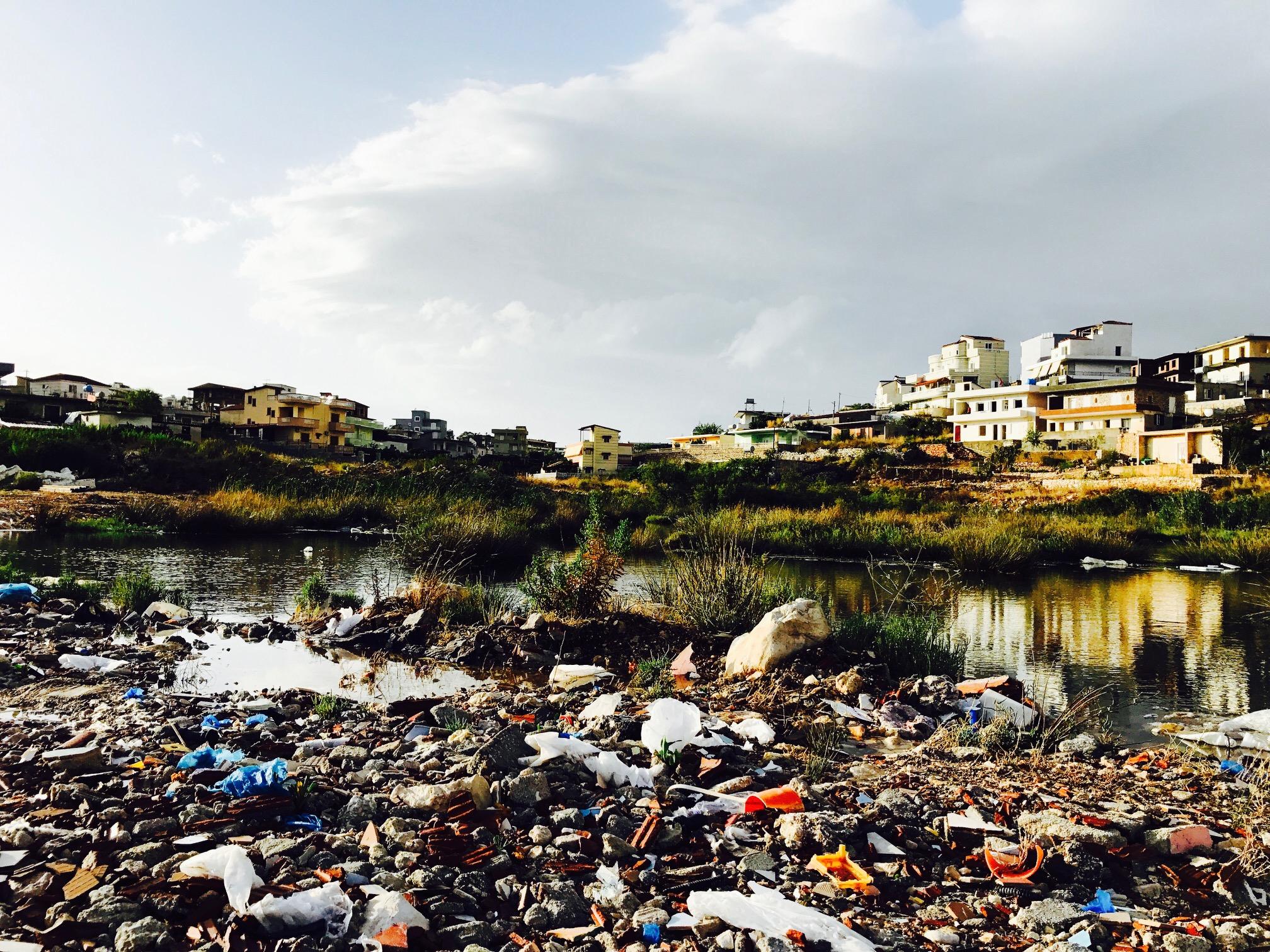 Blick auf eine Müllhalde im Hinterland bei Ksamil