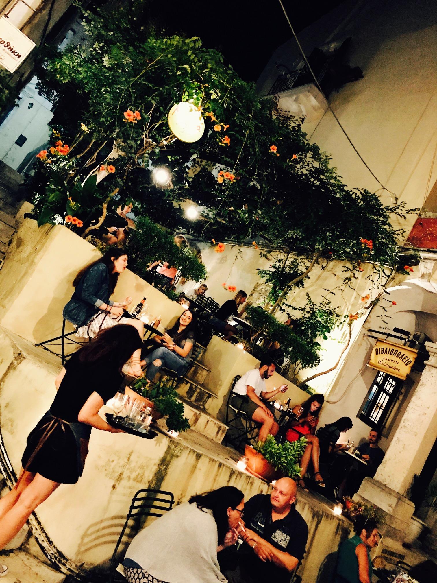 Blick von außen auf die Mikro Café bar, Korfu Altstadt