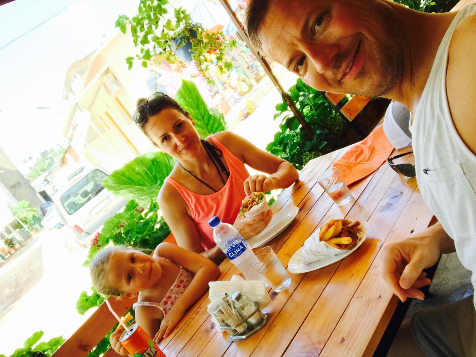 Familie beim Mittagssnack in Ksamil, Albanien