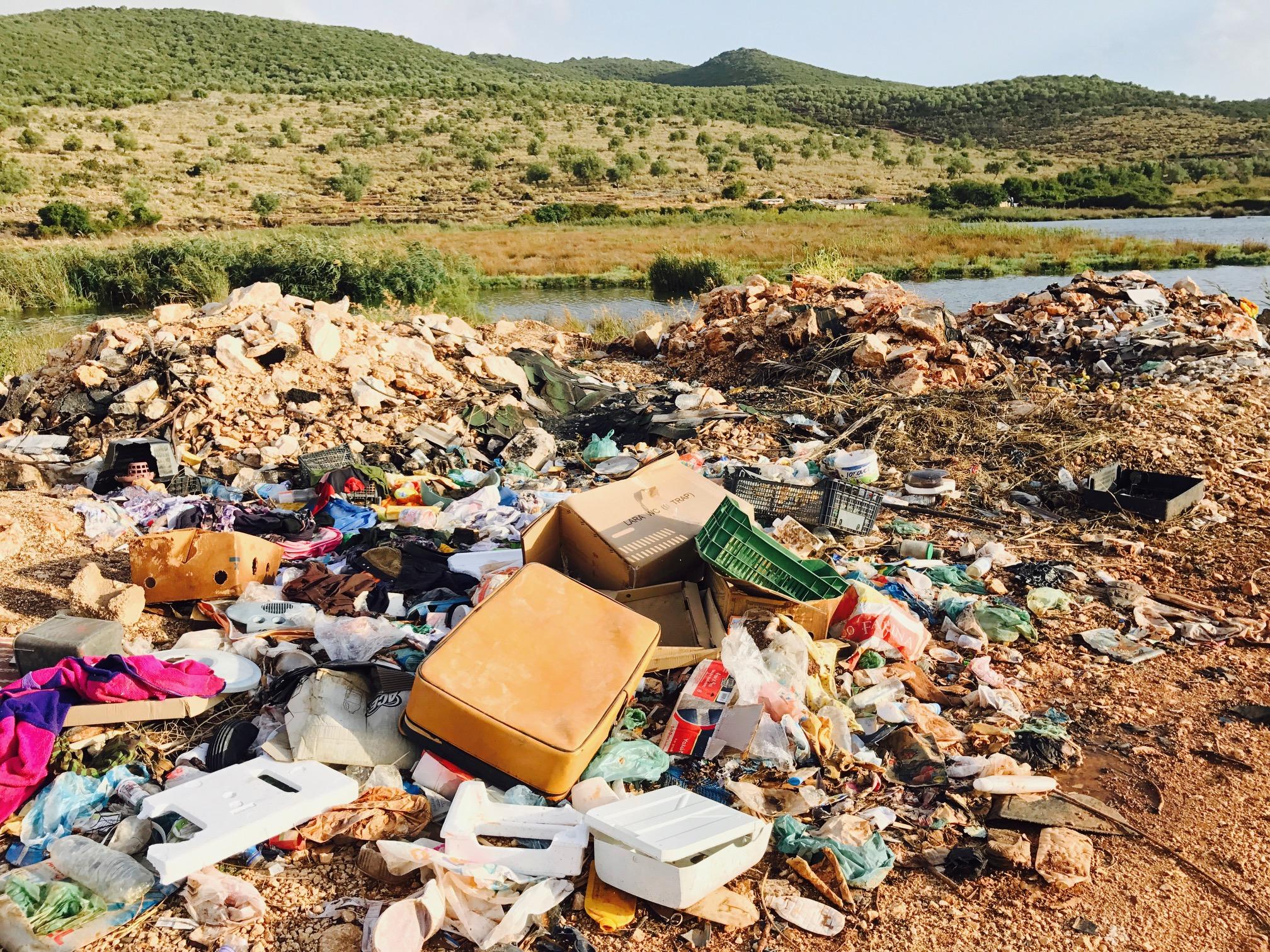 Blick auf eine Müllhalde mitten in der Natur, Ksamil