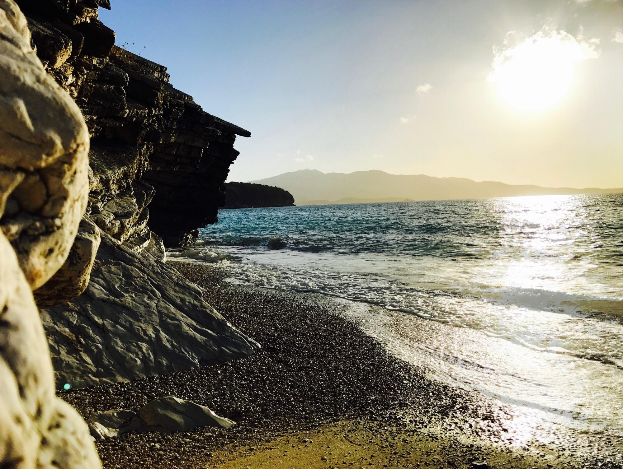 Sonnenuntergang am Pasqyra Beach, Albanien