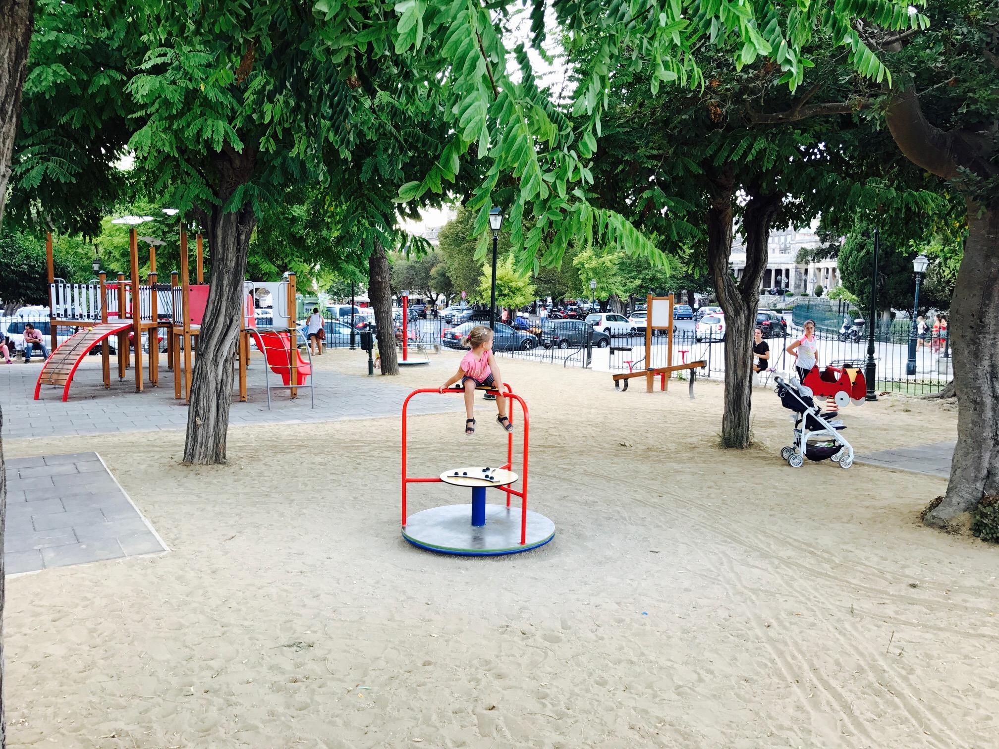 Blick auf den Spielplatz am Rande von Korfu's Altstadt