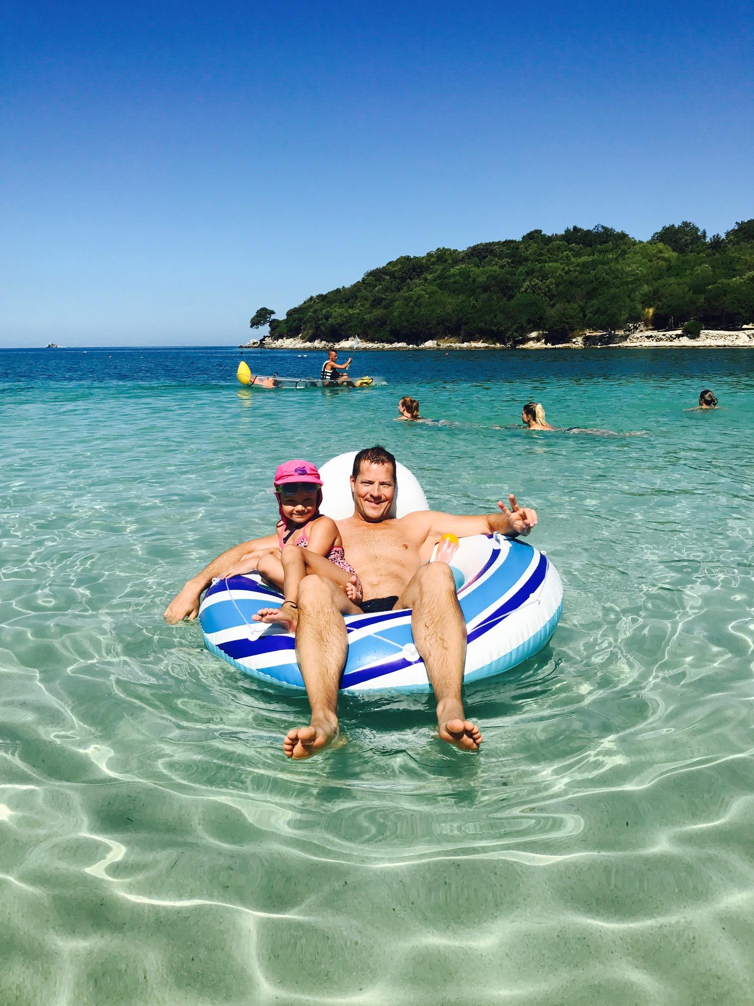 Vater und Tocher im Meer am Strand an der Tre Shuit Bar, Ksamil Beach, Albanien