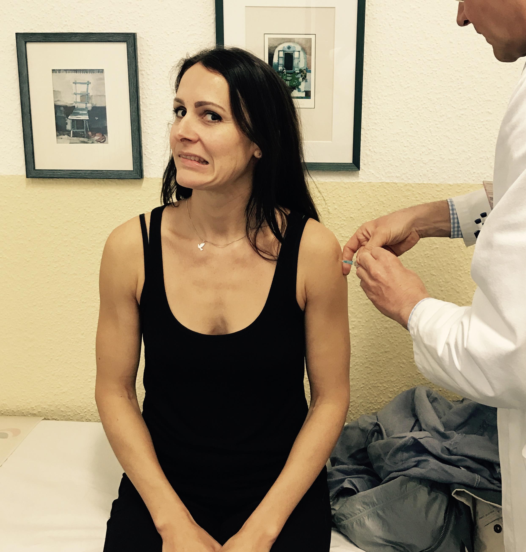 Frau, die sich gerade impfen lässt