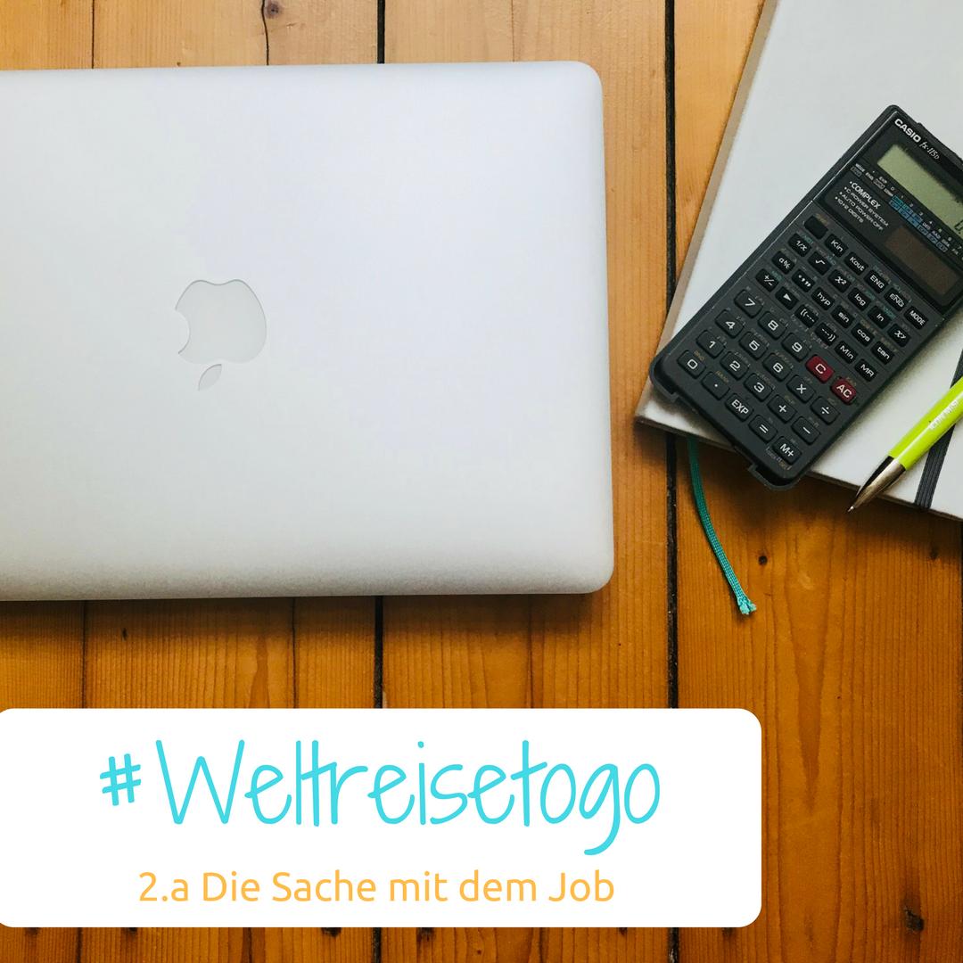 """Zu sehen ist ein Laptop, ein Notizbuch, wo ein Taschenrechner oben drauf liegt. Darunter steht """"Weltreise to go - Die Sache mit dem Job"""""""