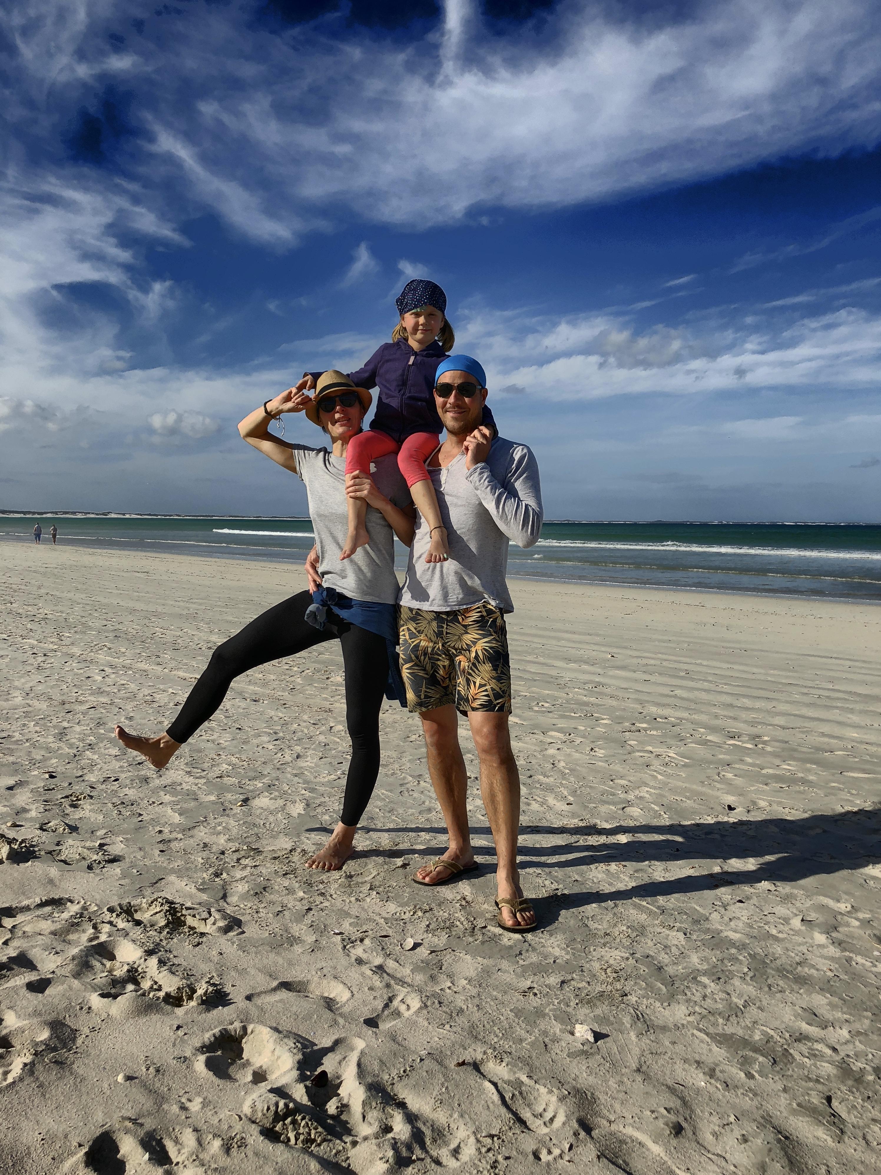 Pärchen mit Kind auf dem Arm am Strand von Struisbay, Südafrika
