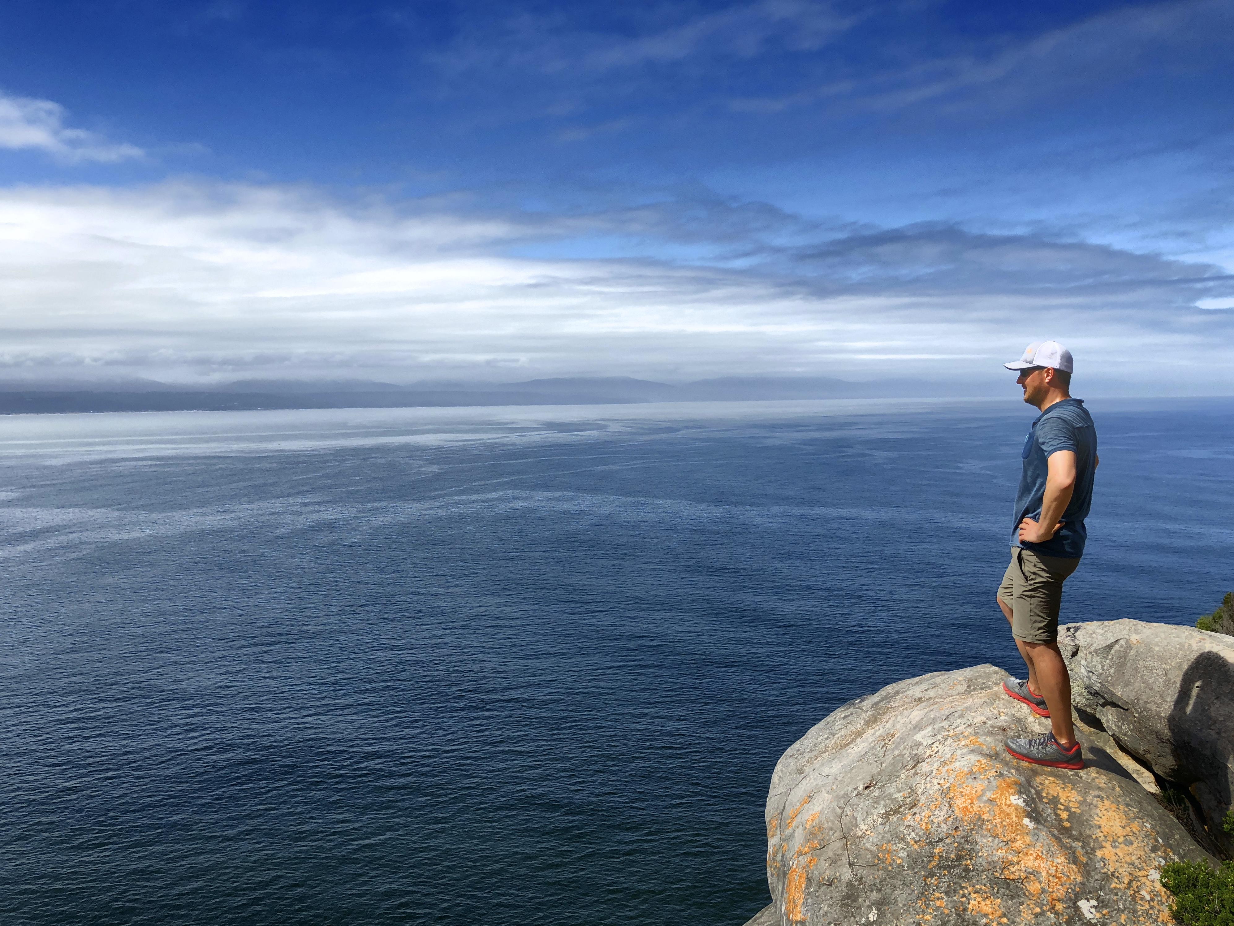 Mann genießt Aussicht auf Robberg Island, Südafrika