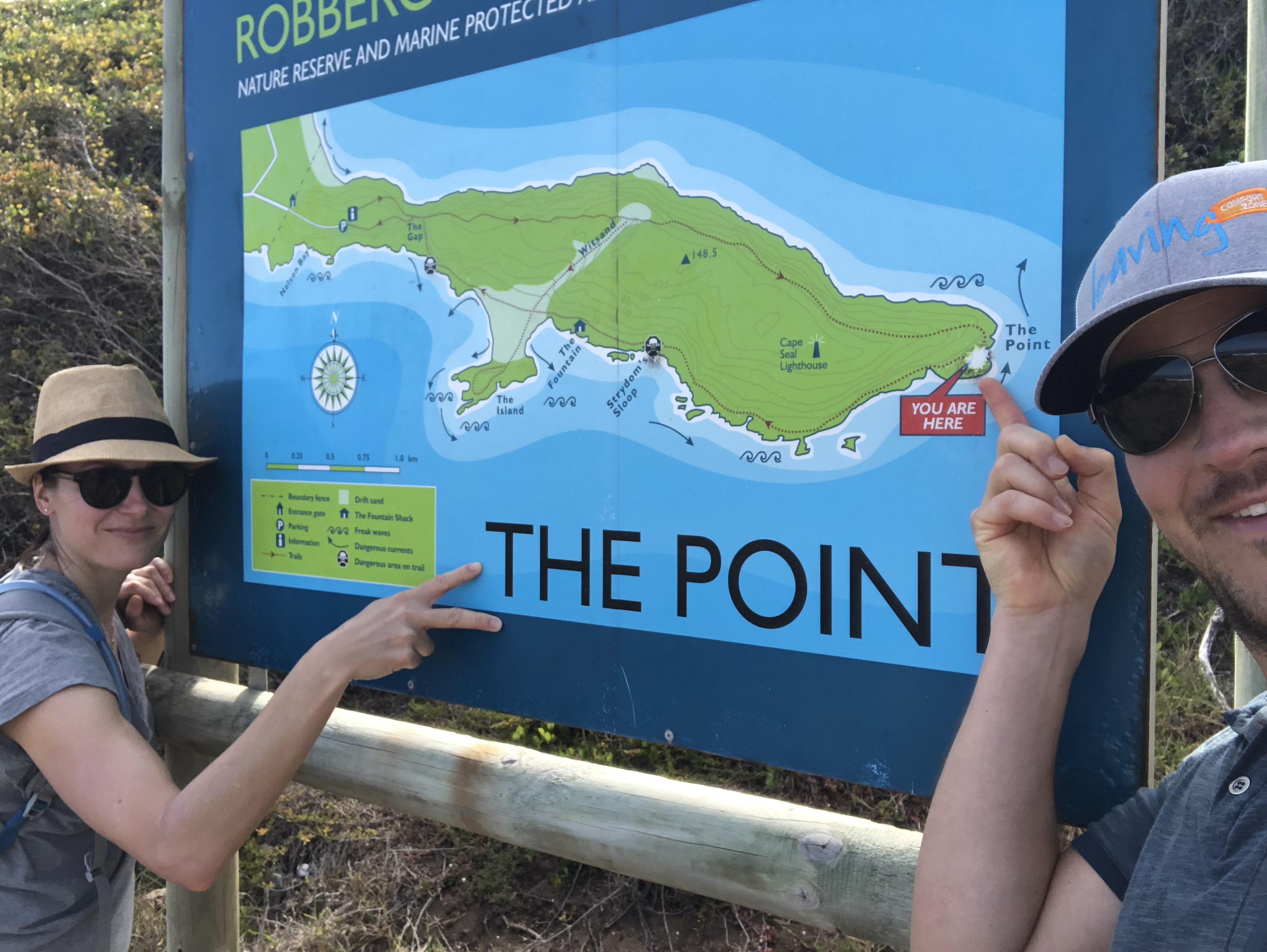 Pärchen am Schild vom Point auf Robberg Island, Südafrika