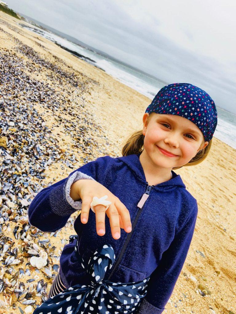 Muscheln sammeln am Strand von Jeffreys Bay, Südafrika