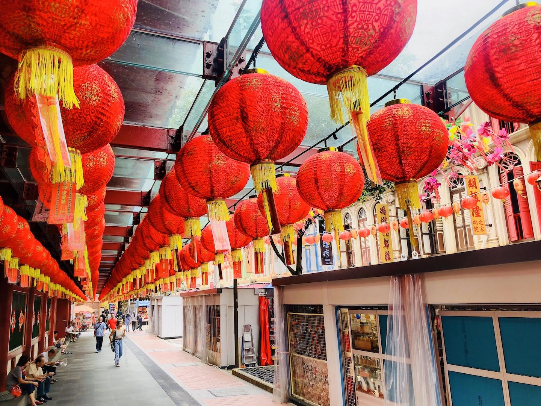 Rote Laternen über einer Straße in Chinatown, Singapur