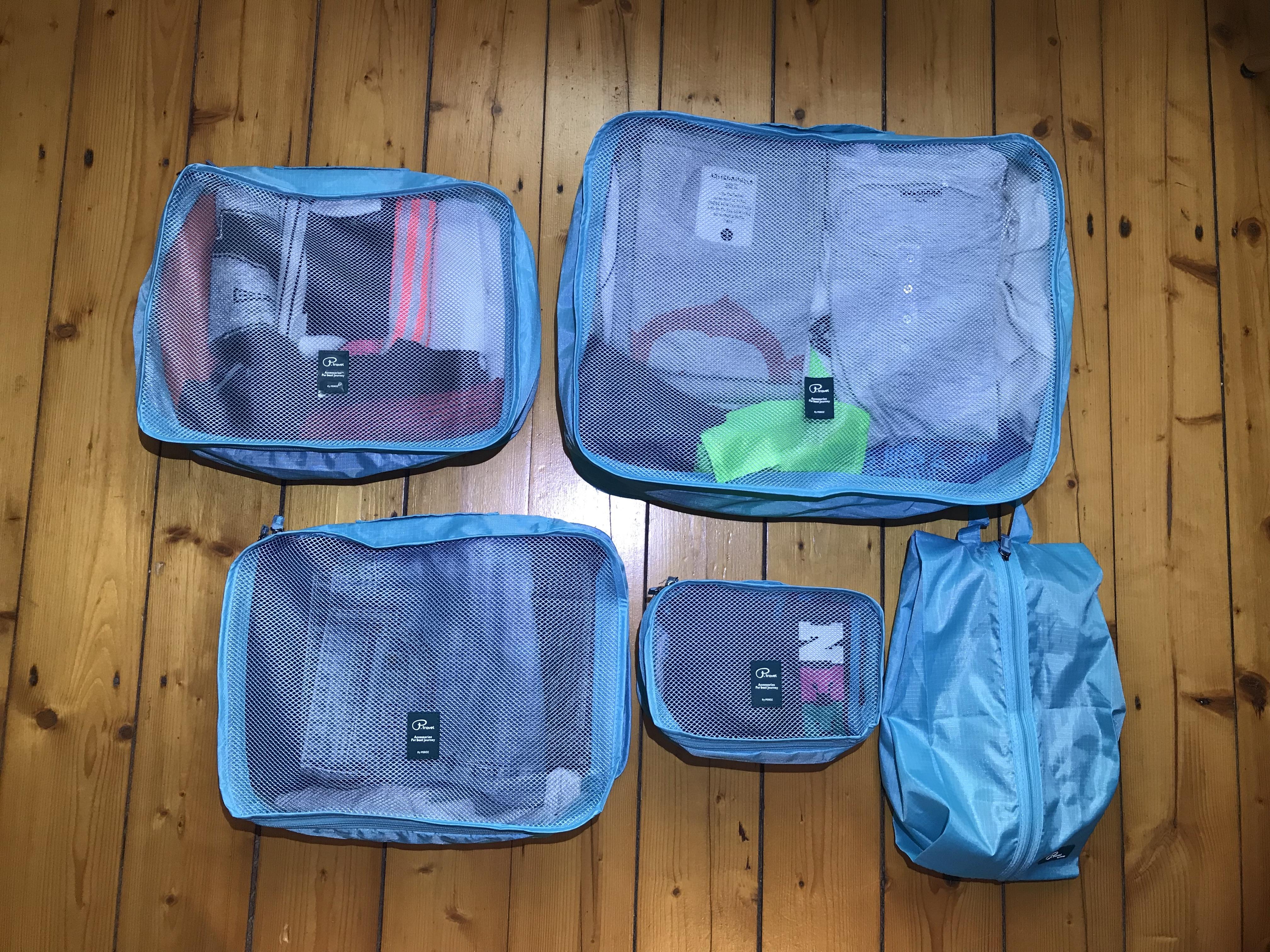 MIt Klamotten gefüllte Packwürfel
