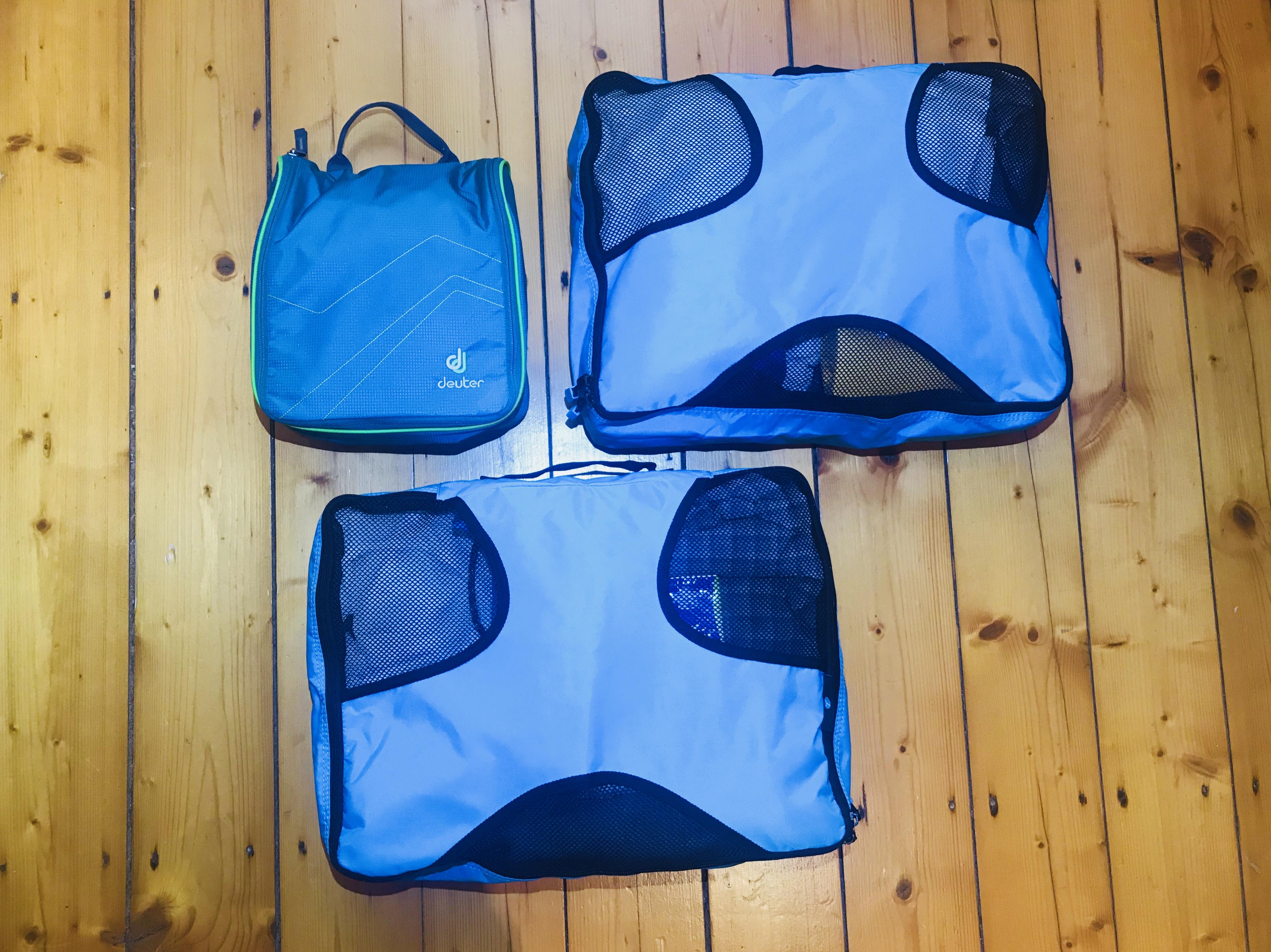 Mit Klamotten gefüllte Packwürfel von Tobias