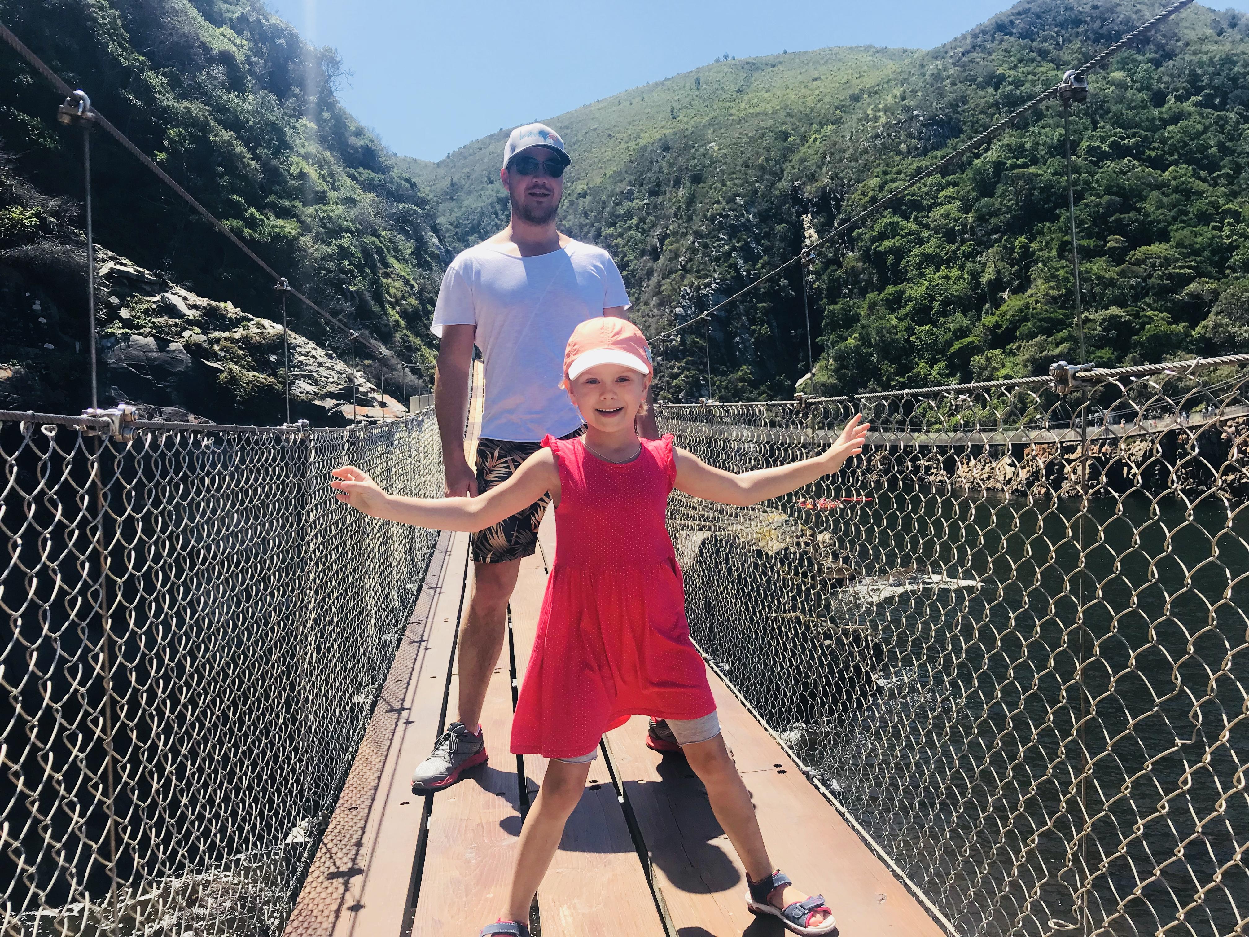 Vater und Tochter auf den Hängebrücken im Tsitsikamma Nationalpark, Südafrika