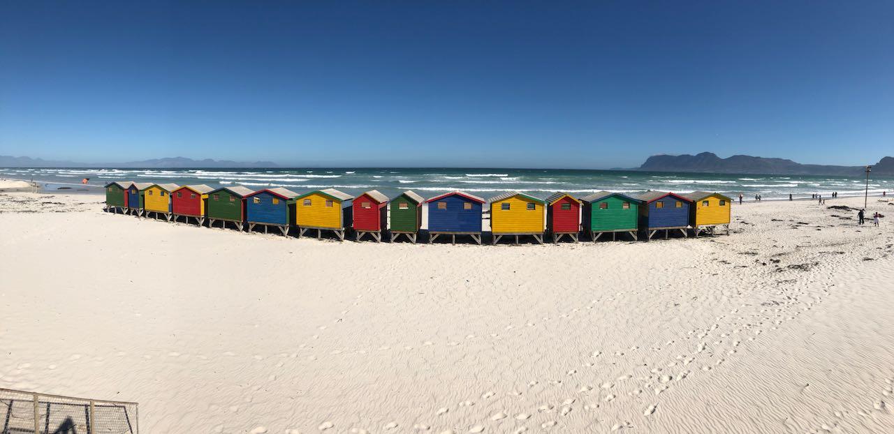 Blick auf die berühmten Strandhäuser in Muizenberg