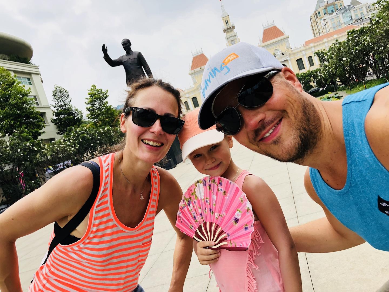 Familie vor der Statue Ho Chi Minh, Vietnam