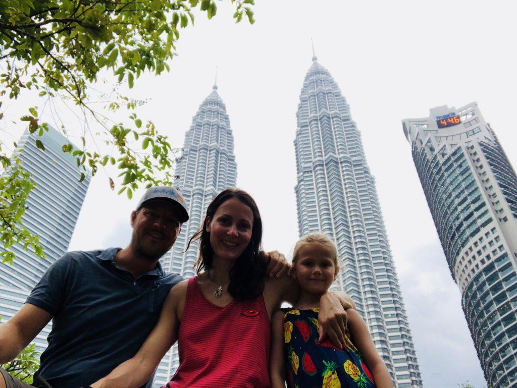 Familie im Park vor den Petronas Towers, Kuala Lumpur, Malaysia