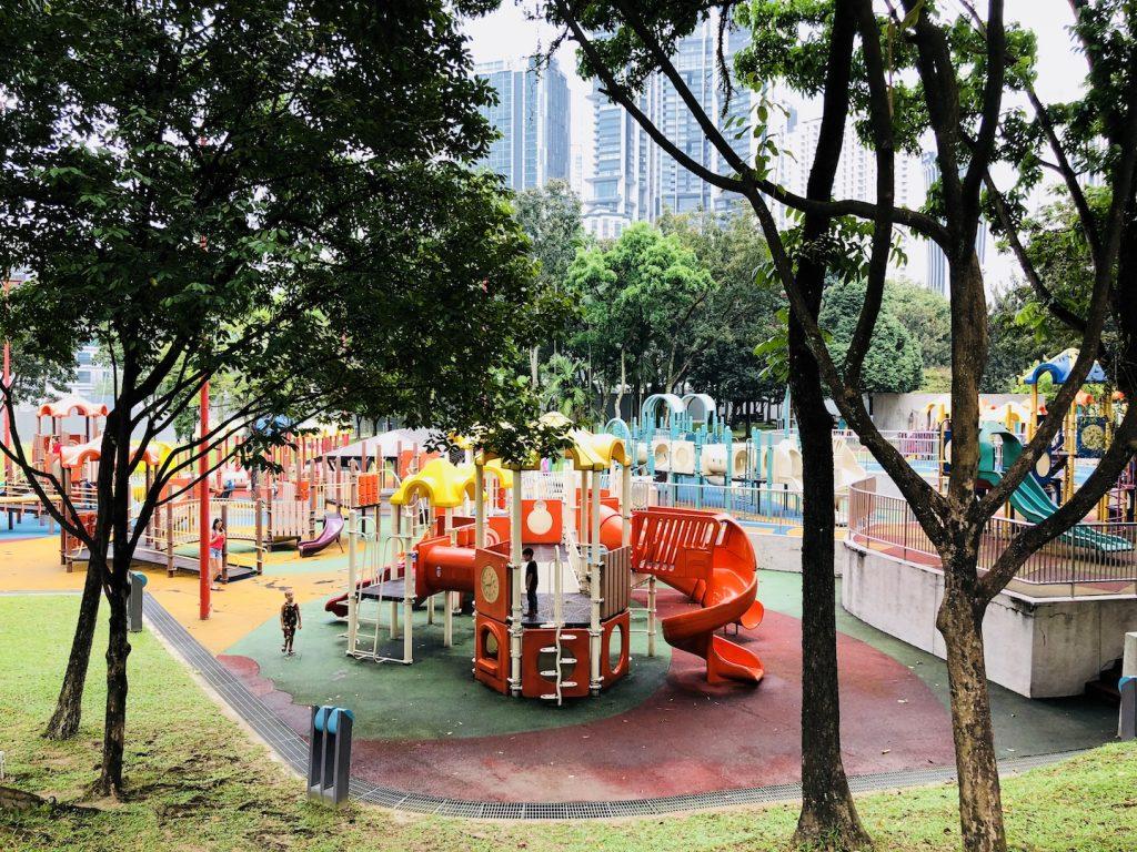 Spielplatz im Park vor den Petronas Towers, Kuala Lumpur, Malaysia