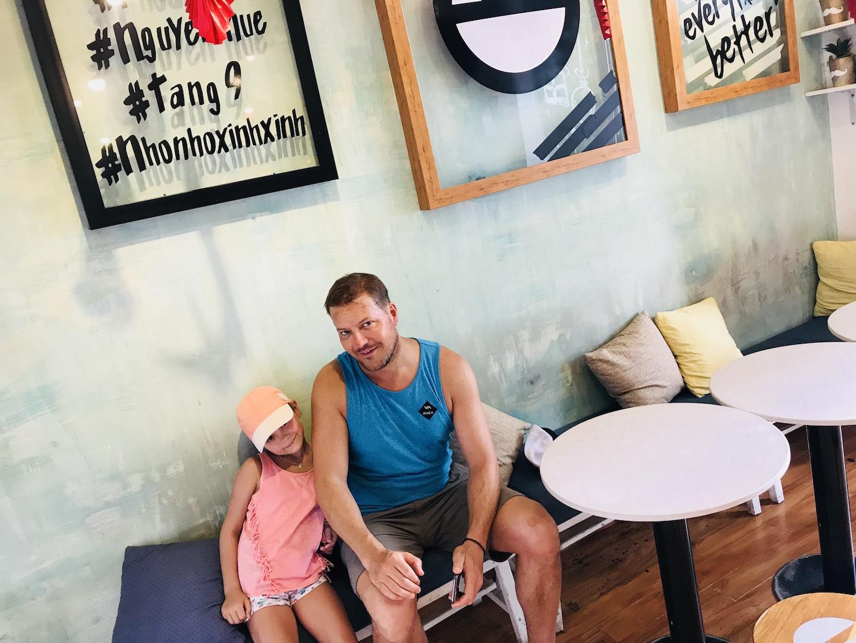 Vater und Tochter im Boo Café, The Café Apartments, Ho Chi Minh, Vietnam
