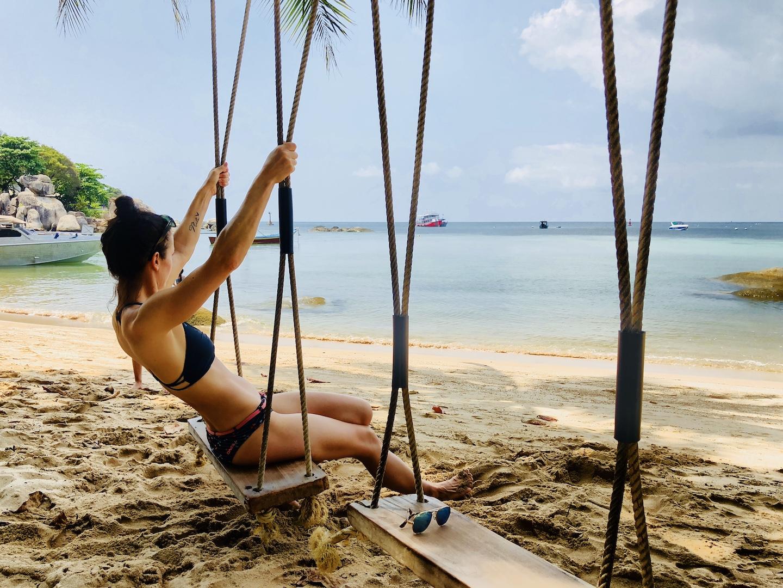 Frau auf Schaukel am Strand von Koh Tao