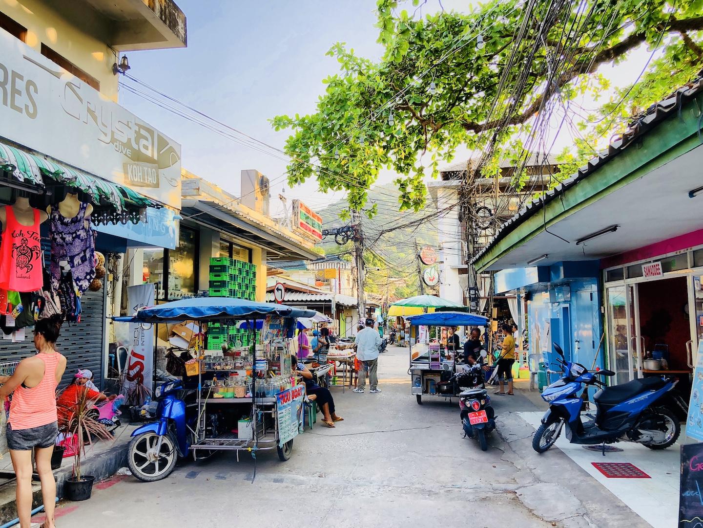 Geschäftsstraße beim Hat Sai Ri Beach