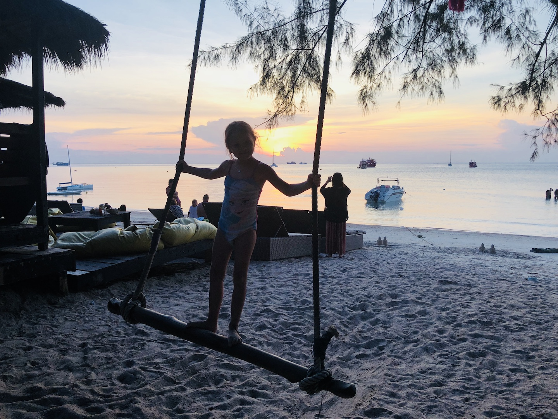 Mädchen schaukelt am Hat Sai Ri Beach, Koh Tao, Thailand