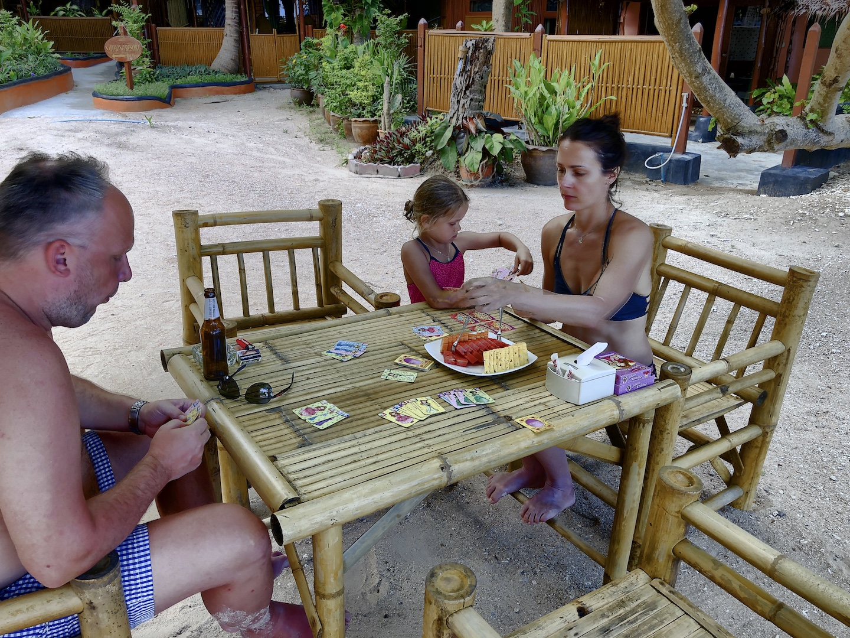 Familie spielt Kinder-Rommé, Jansome Bucht, Koh Tao, Thailand