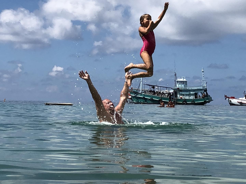 Kind im Meer, Jansome Bucht, Koh Tao, Thailand