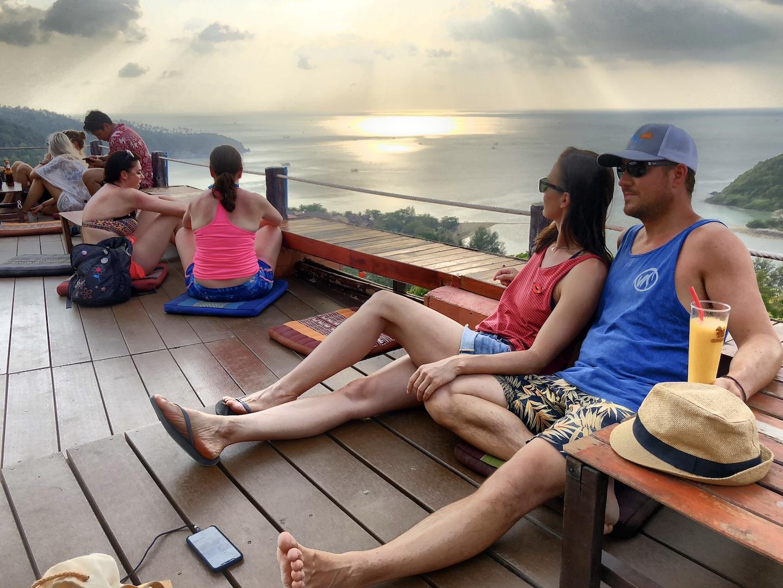 Pärchen sitzt in der Three Sixty Bar, Koh Phangan, Thailand