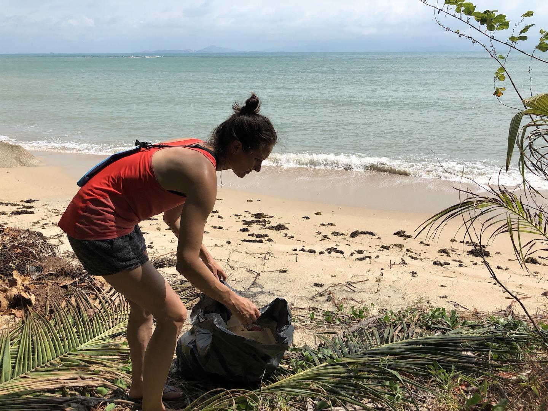 Müll sammeln auf Kho Phangan, Thailand