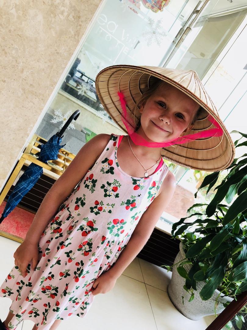 Kleines Mädchen mit vietnamesischem Hut